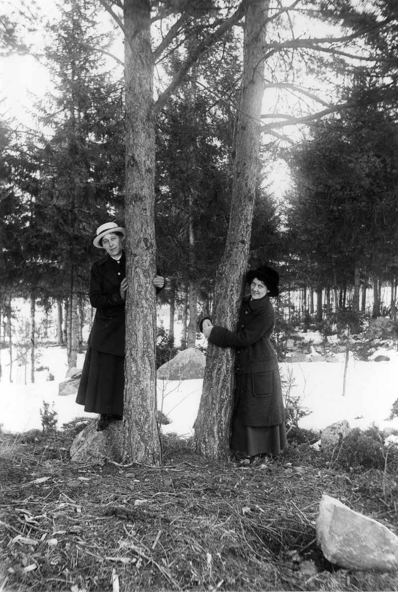 Kvinnan till vänster är Storpelles-Karin (Eriksson), till höger Hilda Andersson.