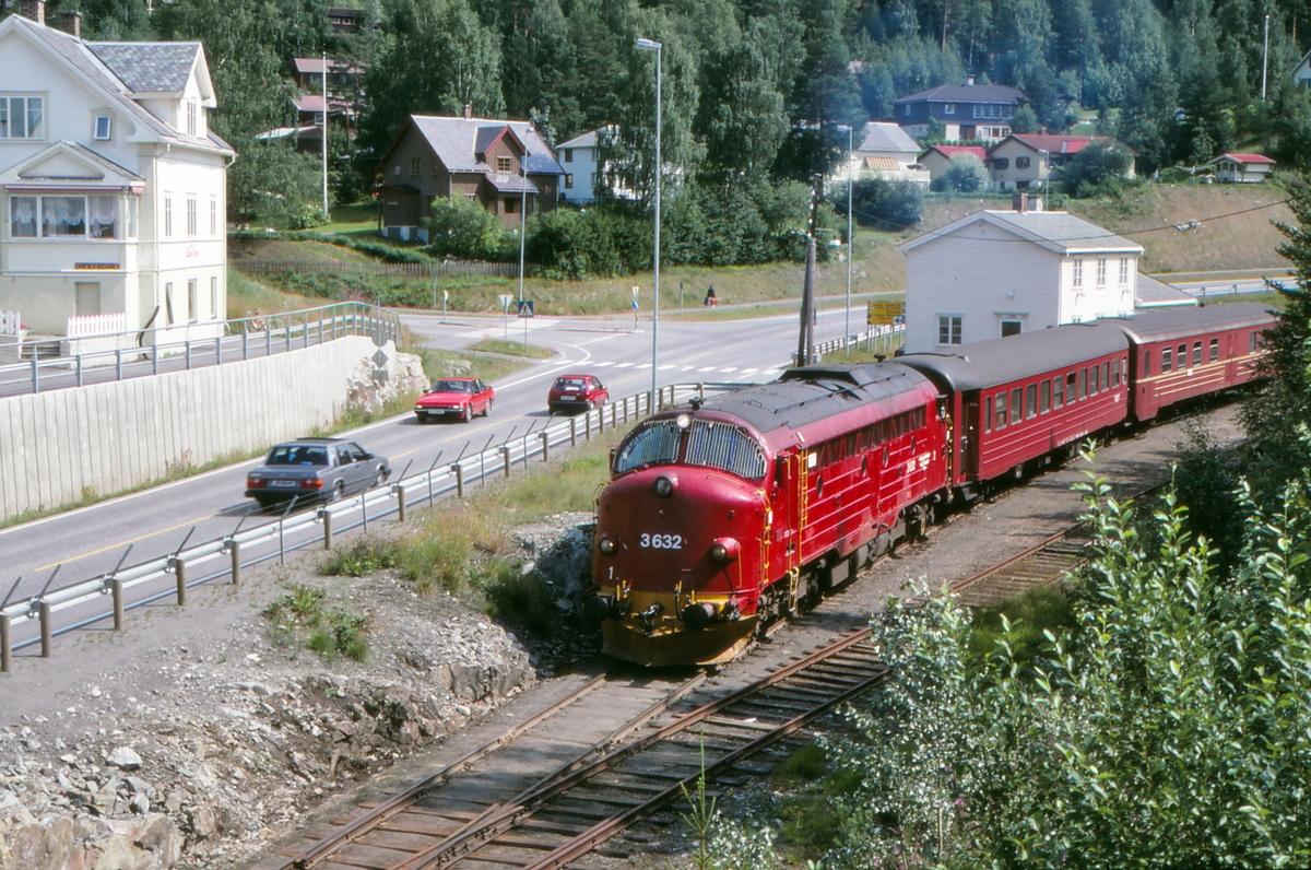 NSB persontog 281 til Fagernes kjører ut fra Leira stasjon.