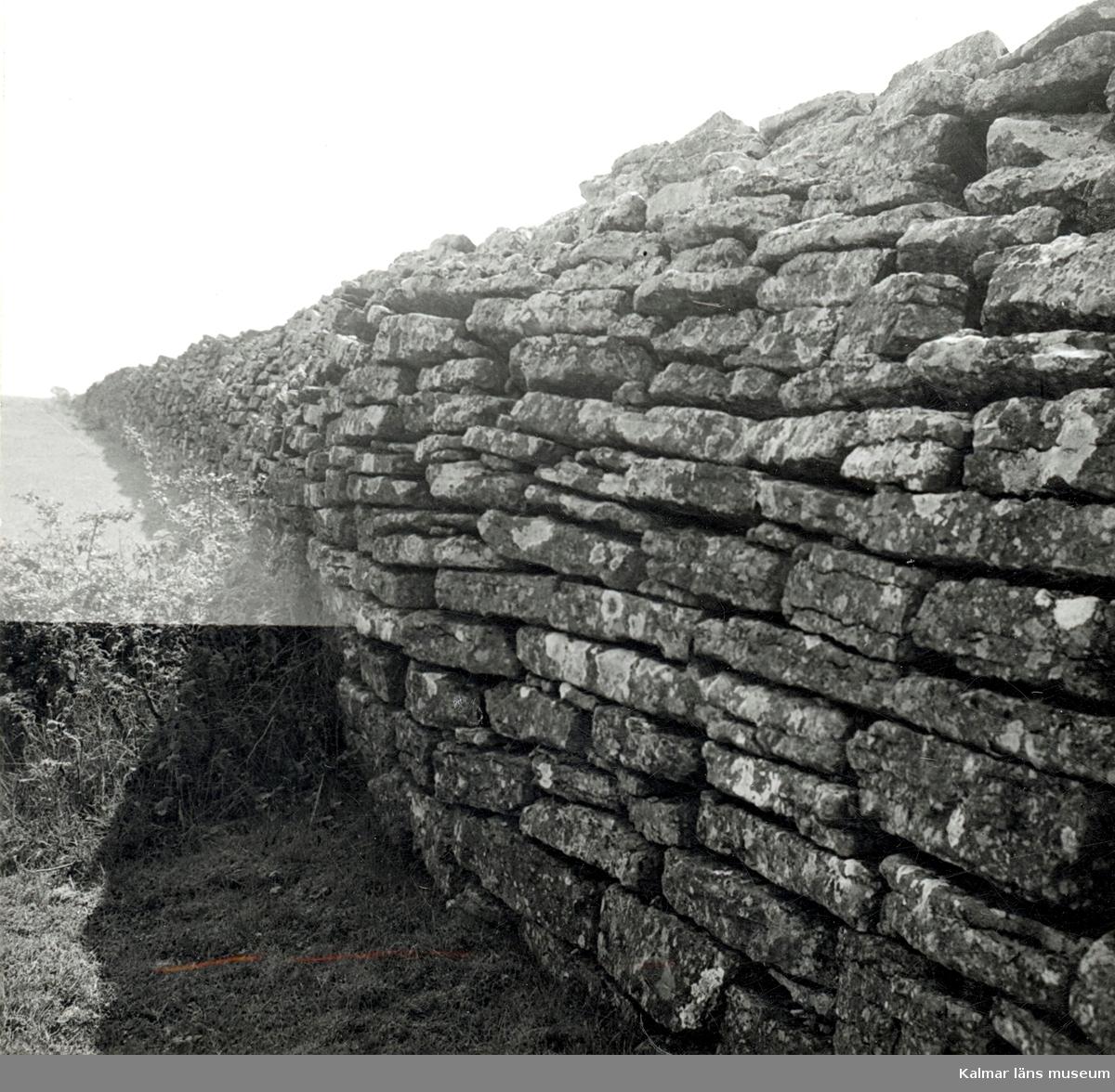 Hertig Karl Gustaf, senare Karl X Gustaf hade Öland som förläning när han 1653 lät bygga denna mur. Den drygt 2 meter höga muren i Öländsk kalksten sträcker sig rakt över hela ön, från öst till väst.