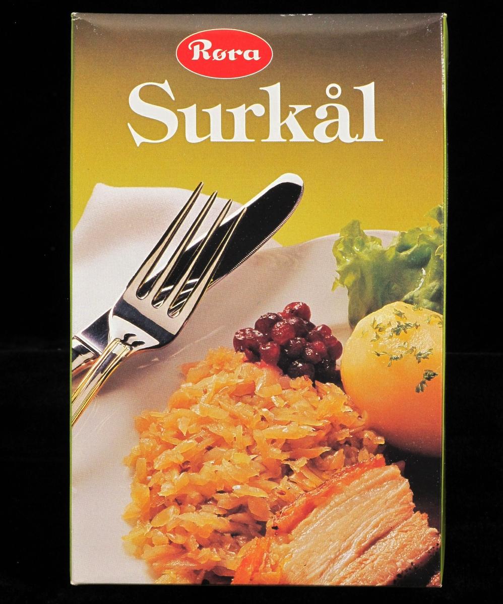 Surkål, potet, stek, tyttebær og salat