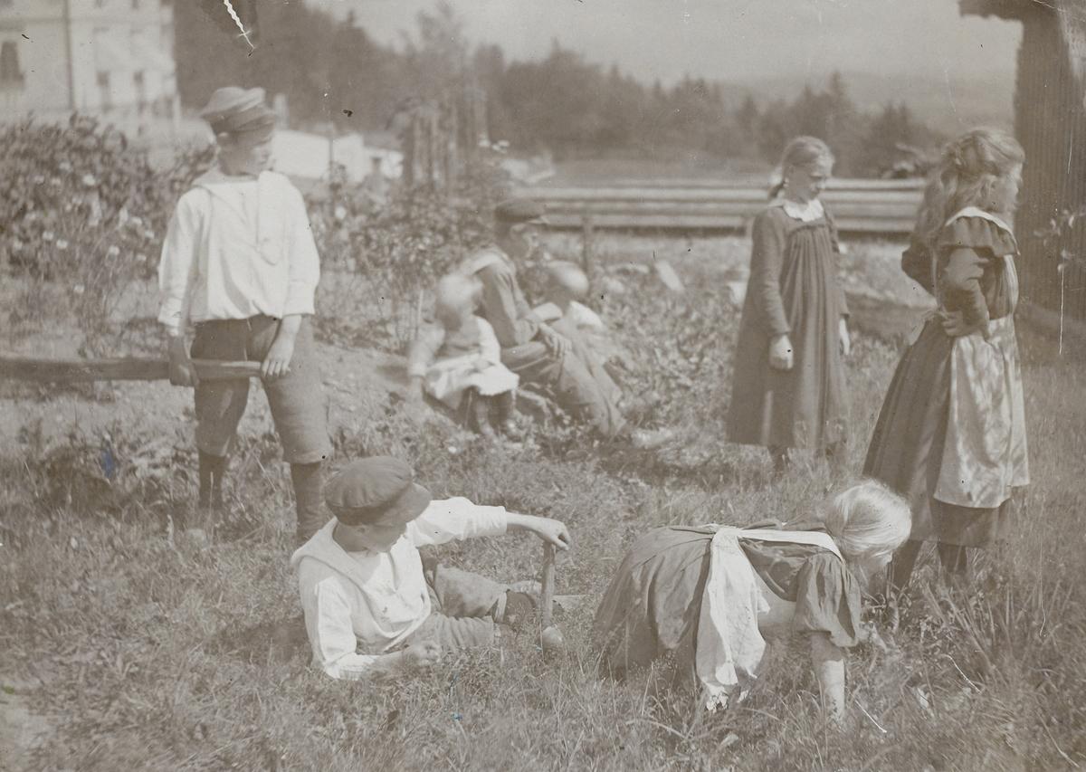 Barn som leker båttur.