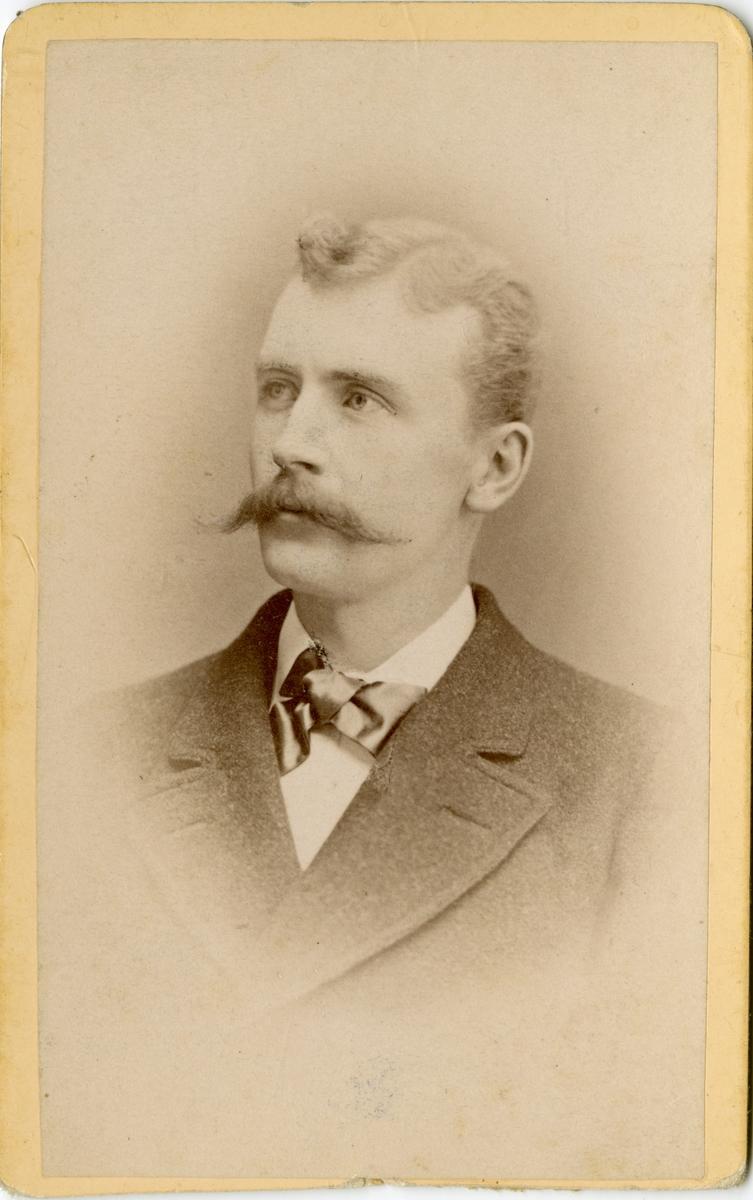 Porträtt av Sune Gunnarsson Wennerberg, löjtnant vid Wendes artilleriregemente A 3.  Se även bild AMA.0021718.