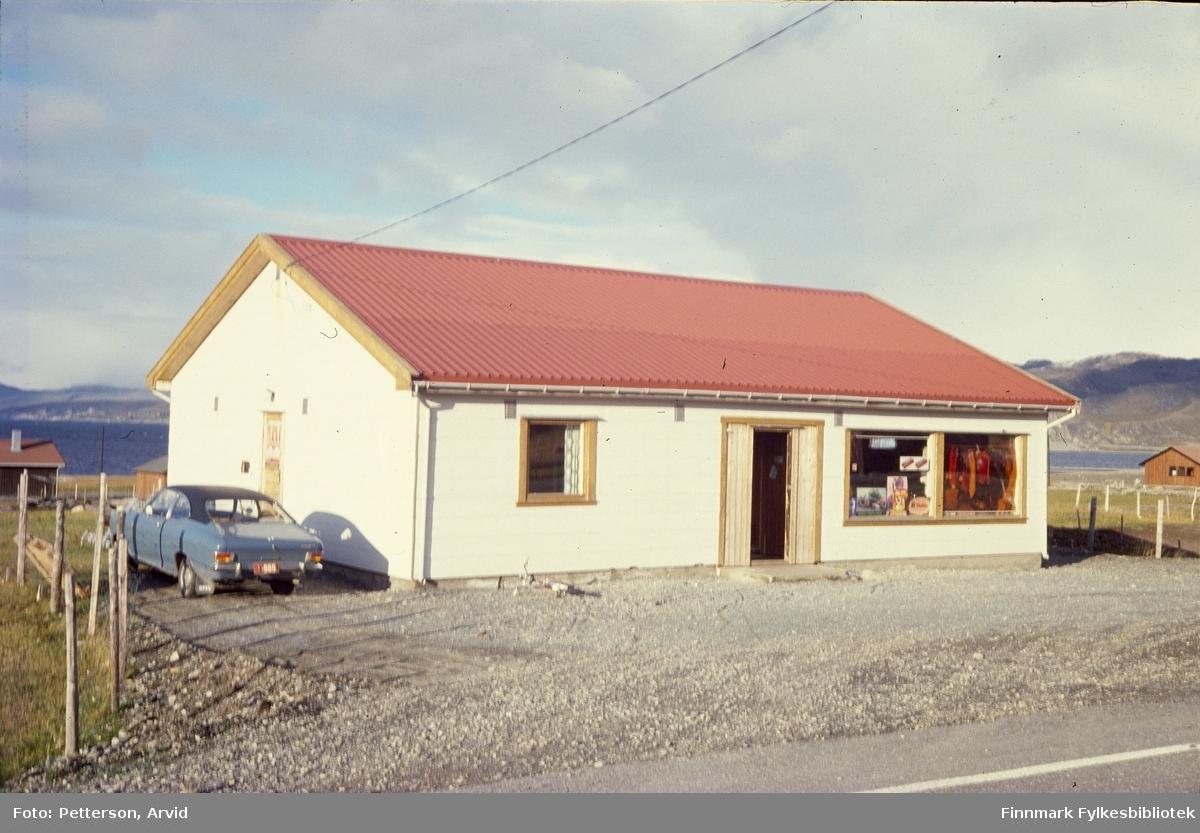 En Opel bil parkert ved siden butikk i Kokelv på begynnelsen av 1970-tallet.