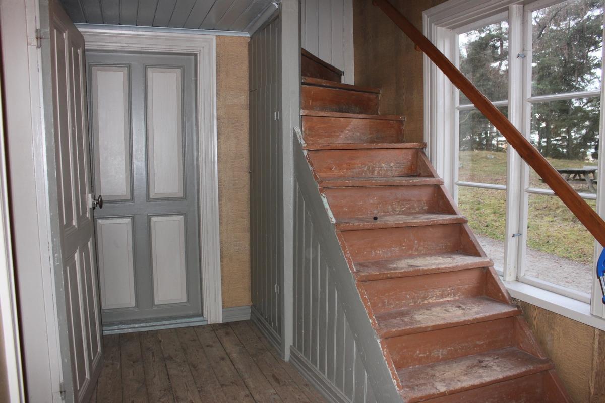 Vilar på syllmur av huggen sten, anlagd vid flytten till sin nuvarande plats. Stomme i liggtimmer med följare på långsidorna. Ingen fasadbeklädnad. Släta knutar med knutbräda. Höga fönster på alla fyra fasaderna, med tre glasrutor per fönsterbåge och raka hörnjärn. Övre båge med en ruta per fönsterbåge. De fönster som inte sitter i kyrksalen har blindrutor överst. Flera av bågarna är inte öppningsbara. Fönstren till kattvindarna är fyrkantiga och hörnställda. Släta fönsterfoder. Sadeltak klätt med tvåkupigt tegel samt skorsten murad i tegel med plåtskoning upp- och nedtill. Utskjutande taksprång med profilerade taktassar, inga hängrännor eller stuprör. Två entréer på kortsidorna med dubbeldörrar, spegeldörrar, som ej är ursprungliga. Vid framsidans entré, på den västra fasaden, finns en trätrappa med räcken samt en rullstolsramp tillverkad av gallerdurk. Frånsidan åt öster har en mindre entré med liknande dörrar, överljus samt en trätrappa. Alla dörrfoder är släta. Interiört upptar kyrksalen två tredjedelar av utrymmet på bottenvåningen. Resterande utrymme utgörs av kök och kammare samt hall och trappa. Kyrksalen har trägolv av raka brädor. Taket är klätt med pärlspont. Två dragband finns monterade i taket. Följarna är synliga på långsidans innerväggar. I östra delen finns ett podie av trä med svarvade pinnar i räcket. På golvet står en hög järnkamin. I salen finns 15 kyrkbänkar av trä utplacerade. Innanfönster monterade i kyrksalen. Övervången består av en liten hall, ett bostadsrum samt två kattvindar. I bostadsrummet finns en öppen eldstad.  Alla innerdörrar i byggnaden är spegeldörrar med kammarlås.