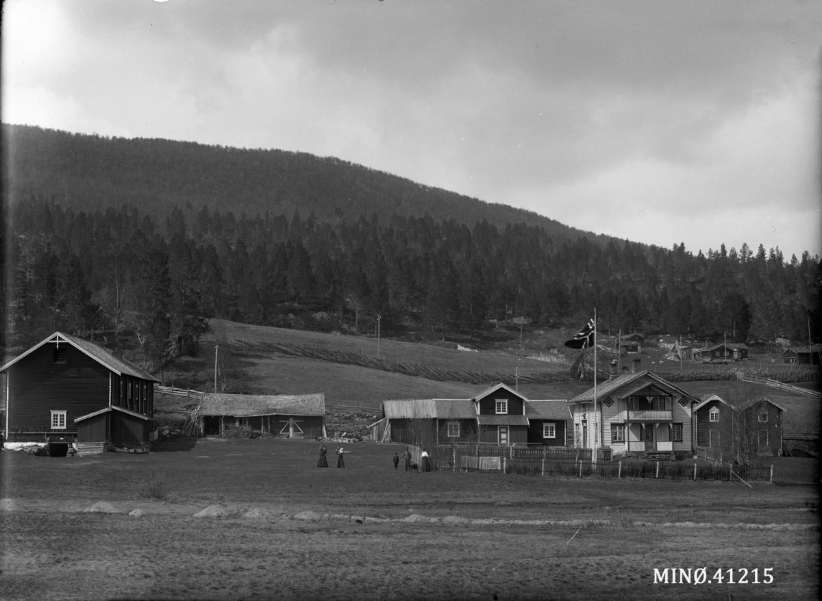 Gardsbruk. Straalberg med Strålsjøvangen oppe til høyre.