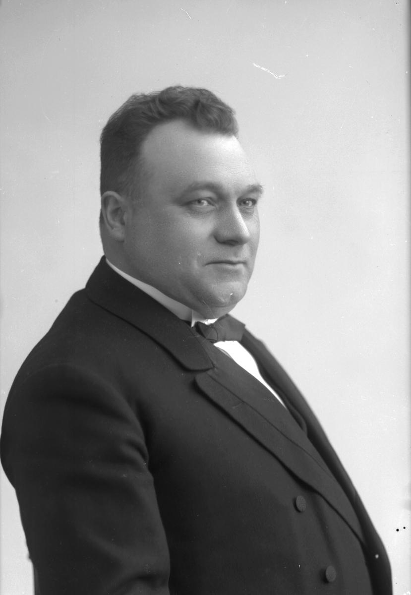 Adjunkt Gustaf Wykman, född: 6 juni 1881. Undervisade vid Högre Allmänna Läroverket. (Vasaskolan). Bostadsadress: Drottninggatan 8, Gävle