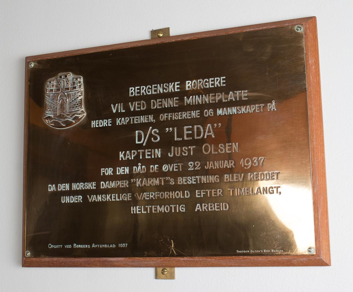 Plakett med relieff og tekst da LEDA reddet mannskapet på DS KARMT i Nordsjøen 23. januar 1937 gitt fra bergenske borgere til besetningen