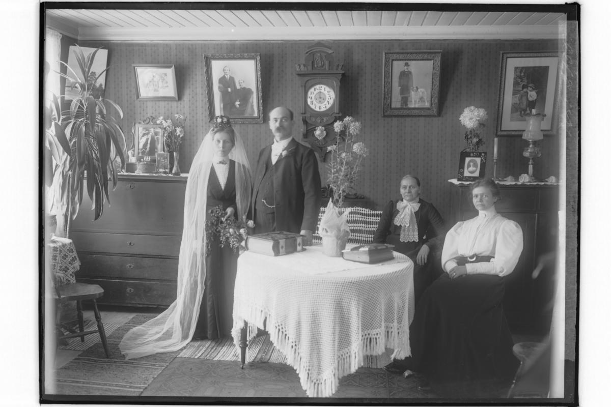 Urmakare C.O. MobergRumsinteriör, brudpar och två äldre damer.