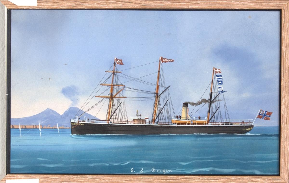 Skipsportrett av DS BERGEN under fart utenfor Napoli med vulkanen Vesuv i bakgrunn. Skipet har 3 master med rær på den første, samt malteserflagget vaiende fra samme.