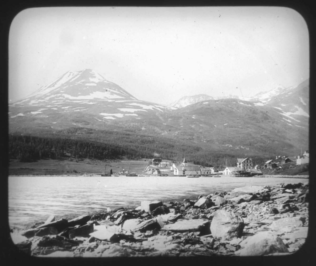 Lyngseidet, Troms. Lyngen kirke med prestegården, den gamle hovedbygn ingen som ble revet i 1920. Det store huset i sveitserstil er Giævergården  fra 1902.