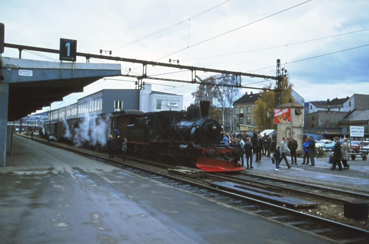 Veterantog til Krøderen trukket av damplok 21b nr. 252 på Drammen stasjon .