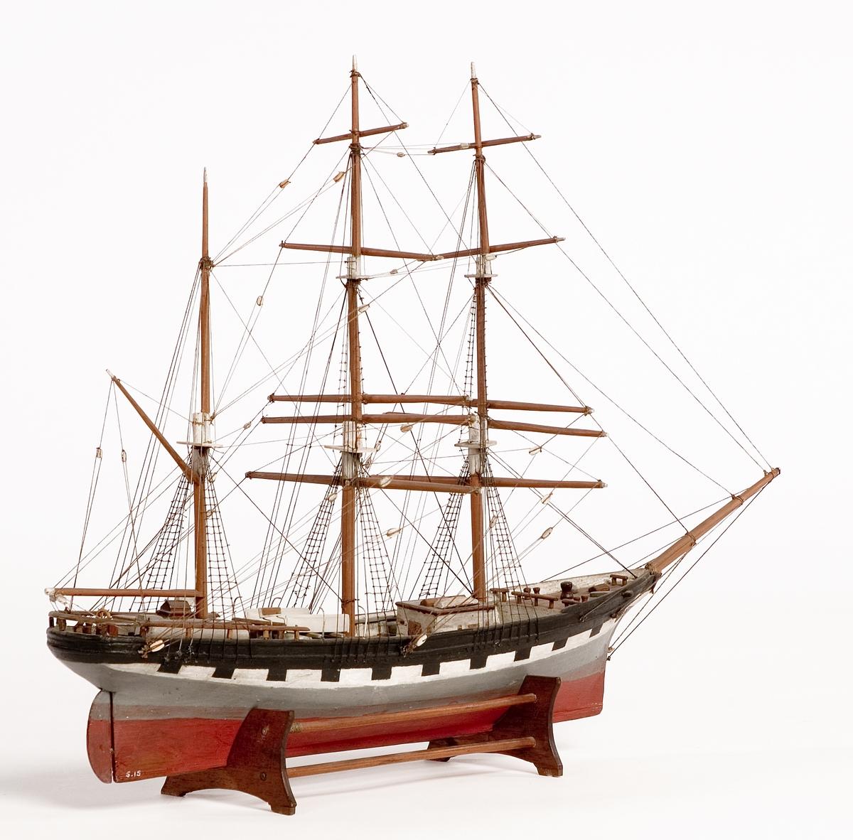 Modell av tremastad bark, handelsfartyg. Skrå av teak.