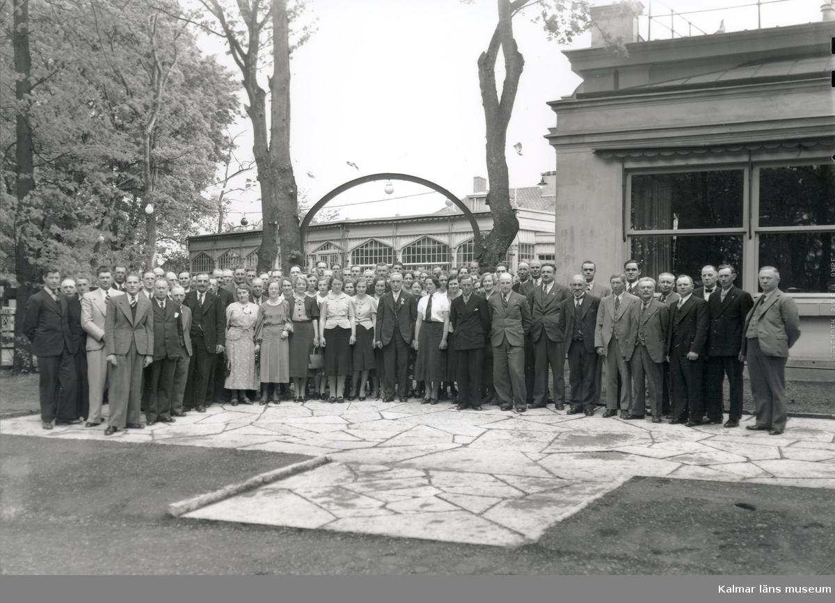 Medlemmar ur jordbrukarförening som sammanträtt på Teatern avbildade på Teatervallen.