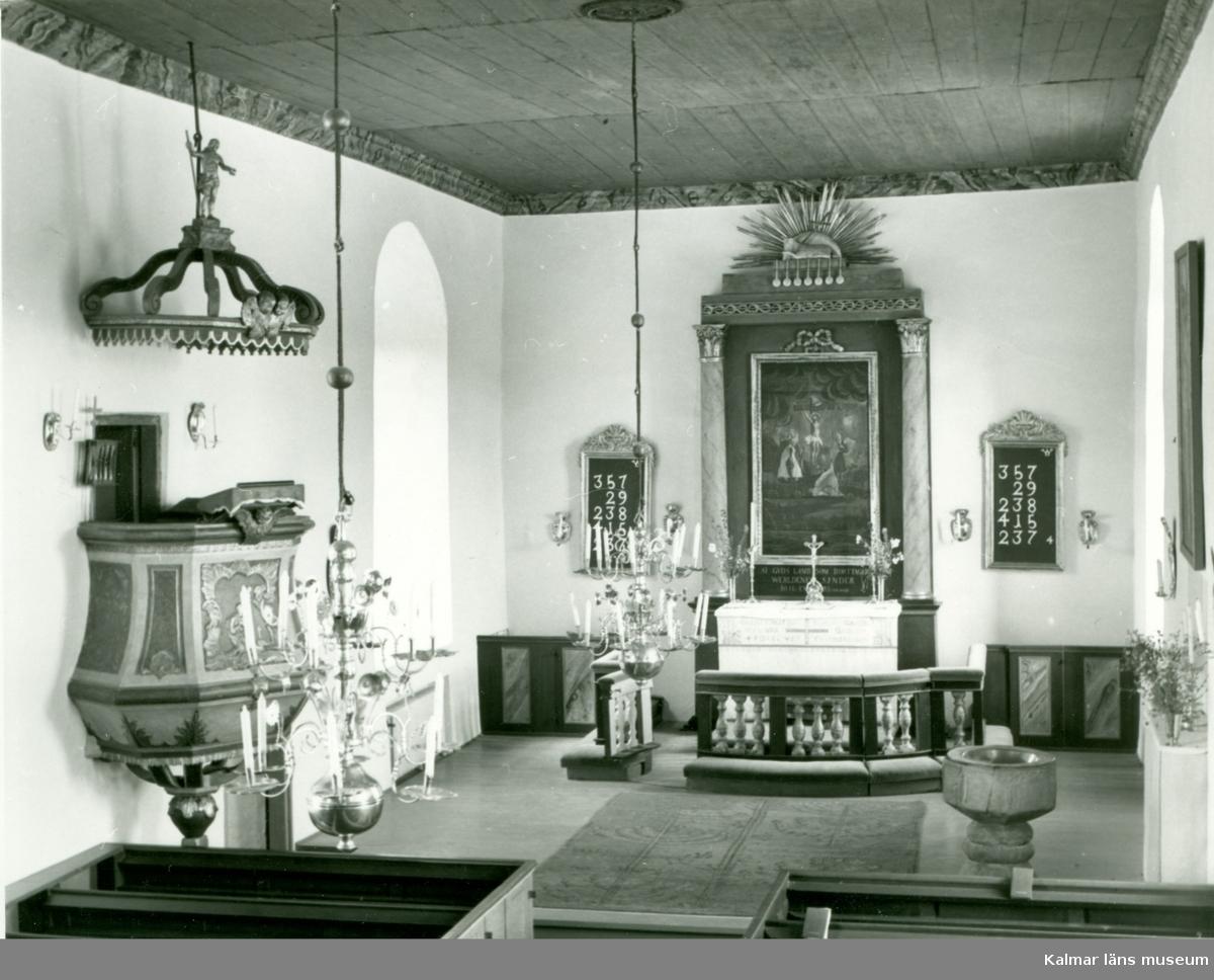 Vykort med interiör mot altaret i Vickleby kyrka.