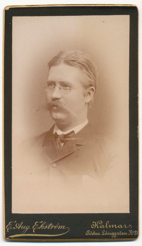 Porträtt på filosofie kandidat L J Eriksson.