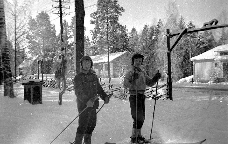 Thure Elgåsen. f. 26/6-1910. d. 6/9-1985. Tivedenkännare, konsthantverkare, scoutledare och hembygdsföreningsman. Övrig information se personarkiv i Västergötlands museum, Skara.
