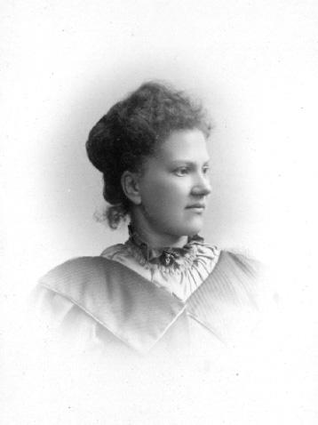 Lina Jonn, 1861-1896, drev fotoateljé på Bantorget 6 i Lund under åren 1891-1896. Firman etablerades 1891. Hon utbildade även sina systrar Hanna och Maria till fotografer. Firman övertogs av Maria, som drev den 1896-1903.
