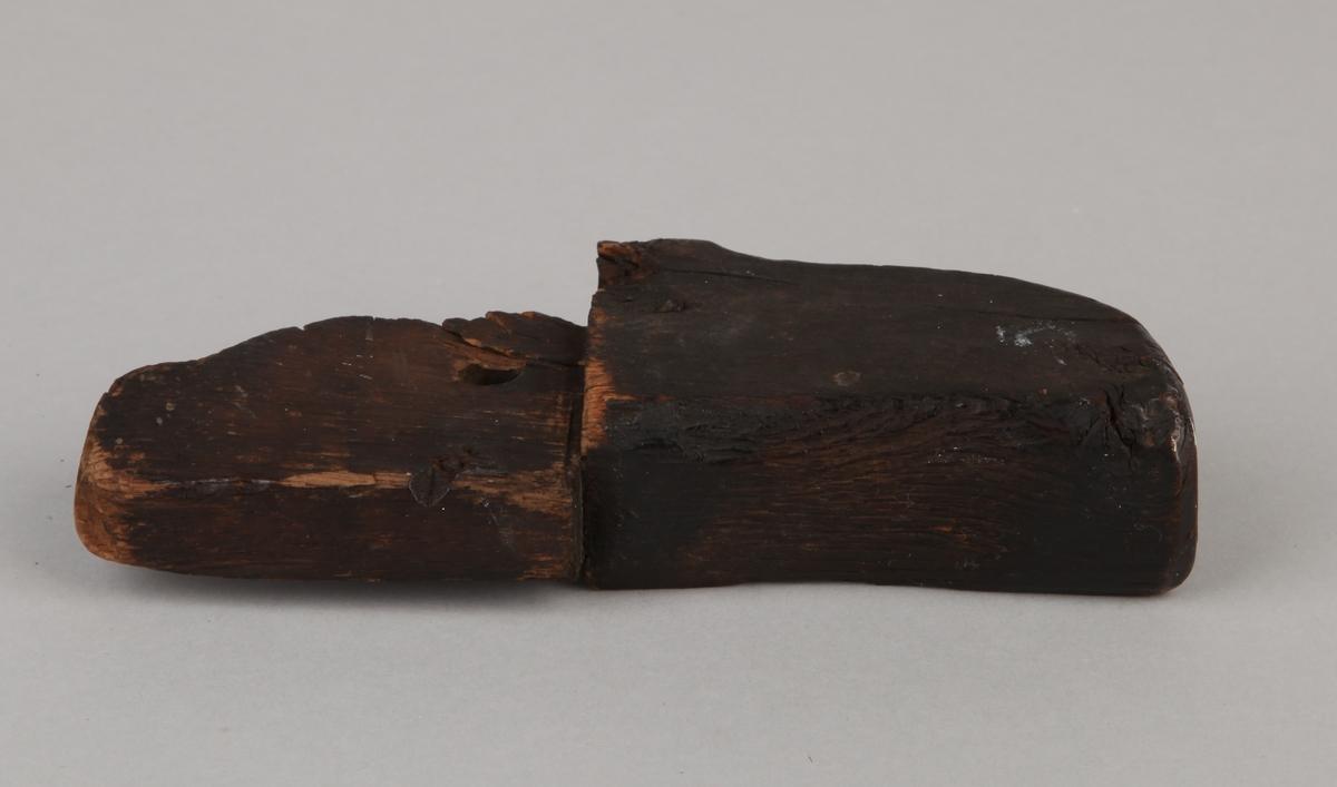 Båtedel, muligens del av en keip, med hull i midten.
