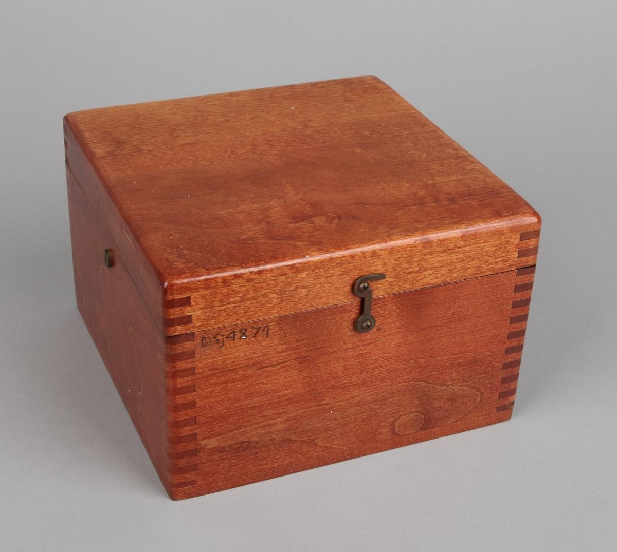 Luftkompass montert i firkantet mahognykasse med løst lokk laget ca. 1900.