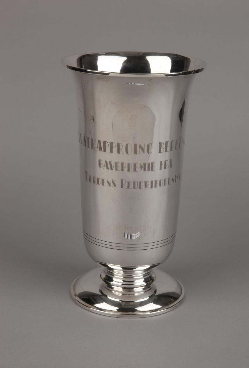 Sølvpokal fra Bergens Rederiforening på sokkel.