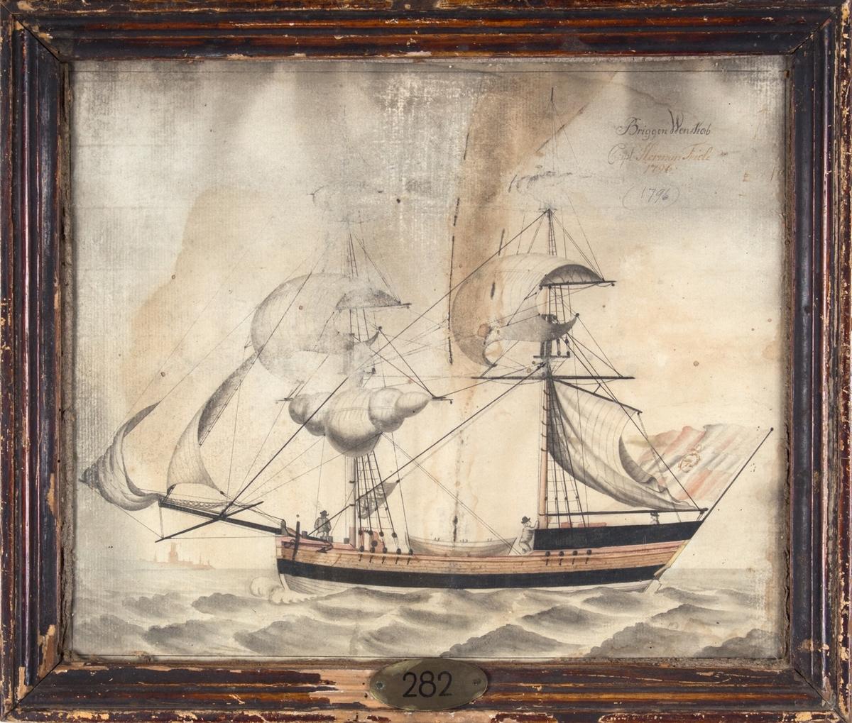 Skipsportrett av briggen WENSKAB. I akter fører skipet dansk handelsflagg med C7 i korset. I bakgrunnen til venstre i motivet skimtes spir og tårn fra en ukjent havn. Tre menn og en livbåt ombord på fartøyet.