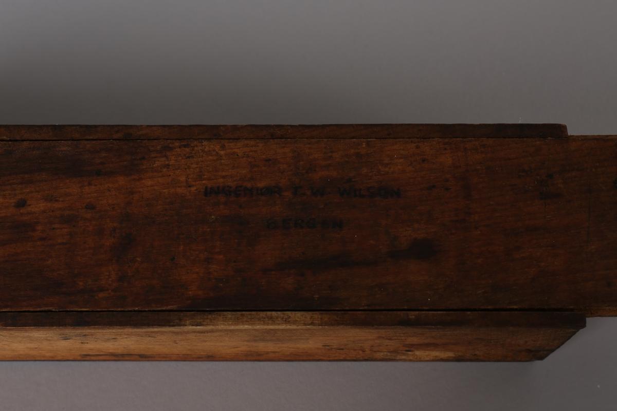 Syrevektmåler. Lite rektangulært treskrin med løst lokk som inneholder diverse utstyr for syrevektmåling av batteri ca. 1914.