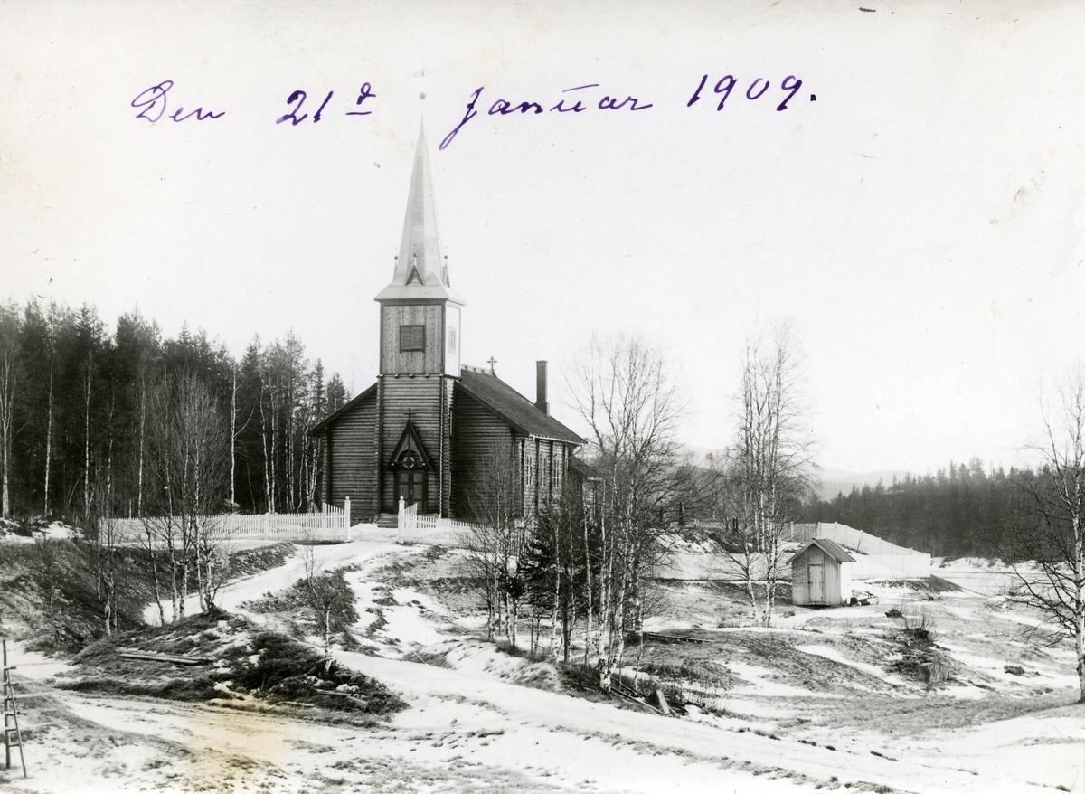 Pladsen kirke midtvinters (lite snø).