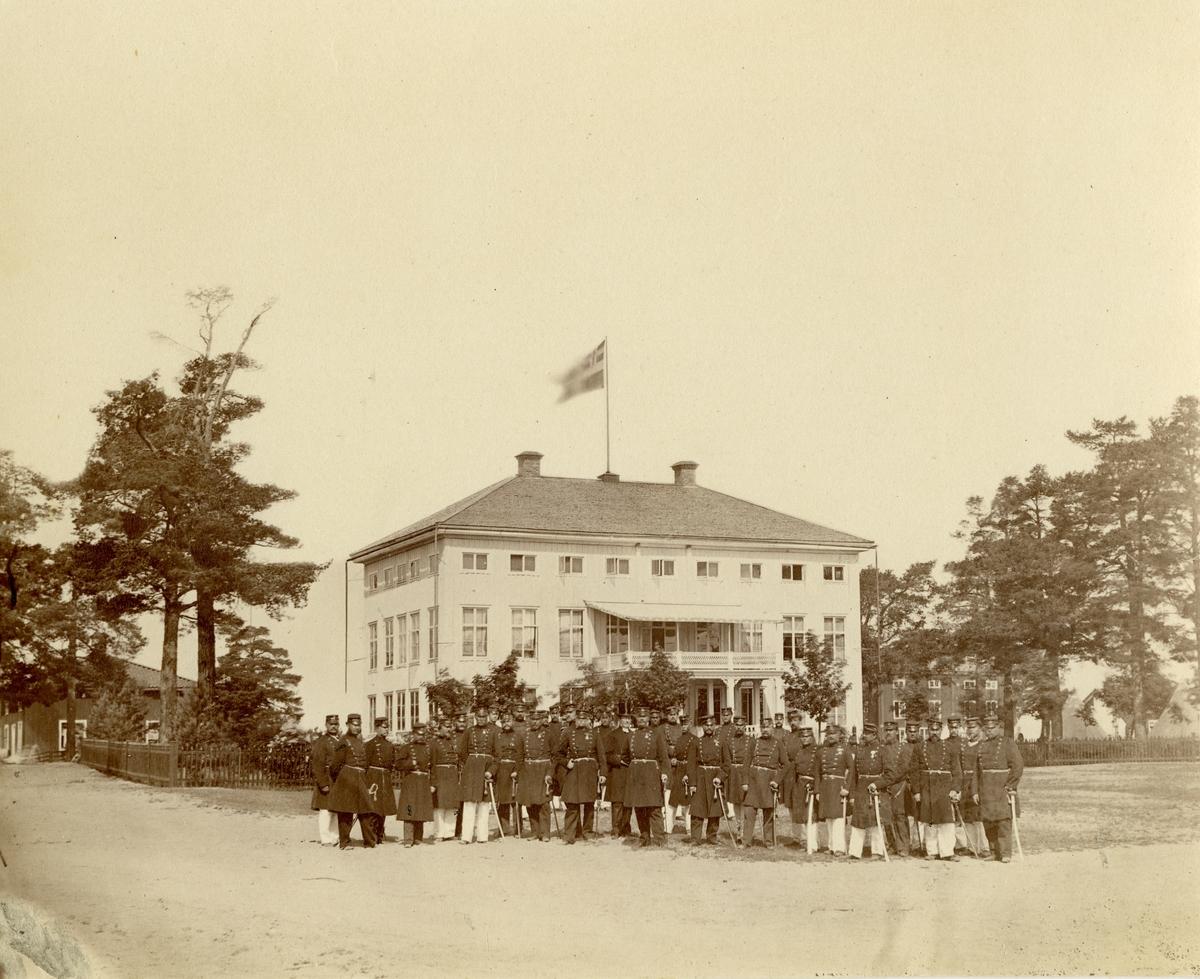 Grupporträtt av officerare och soldater vid Hälsinge regemente I 14, Mohed 1860-talet.