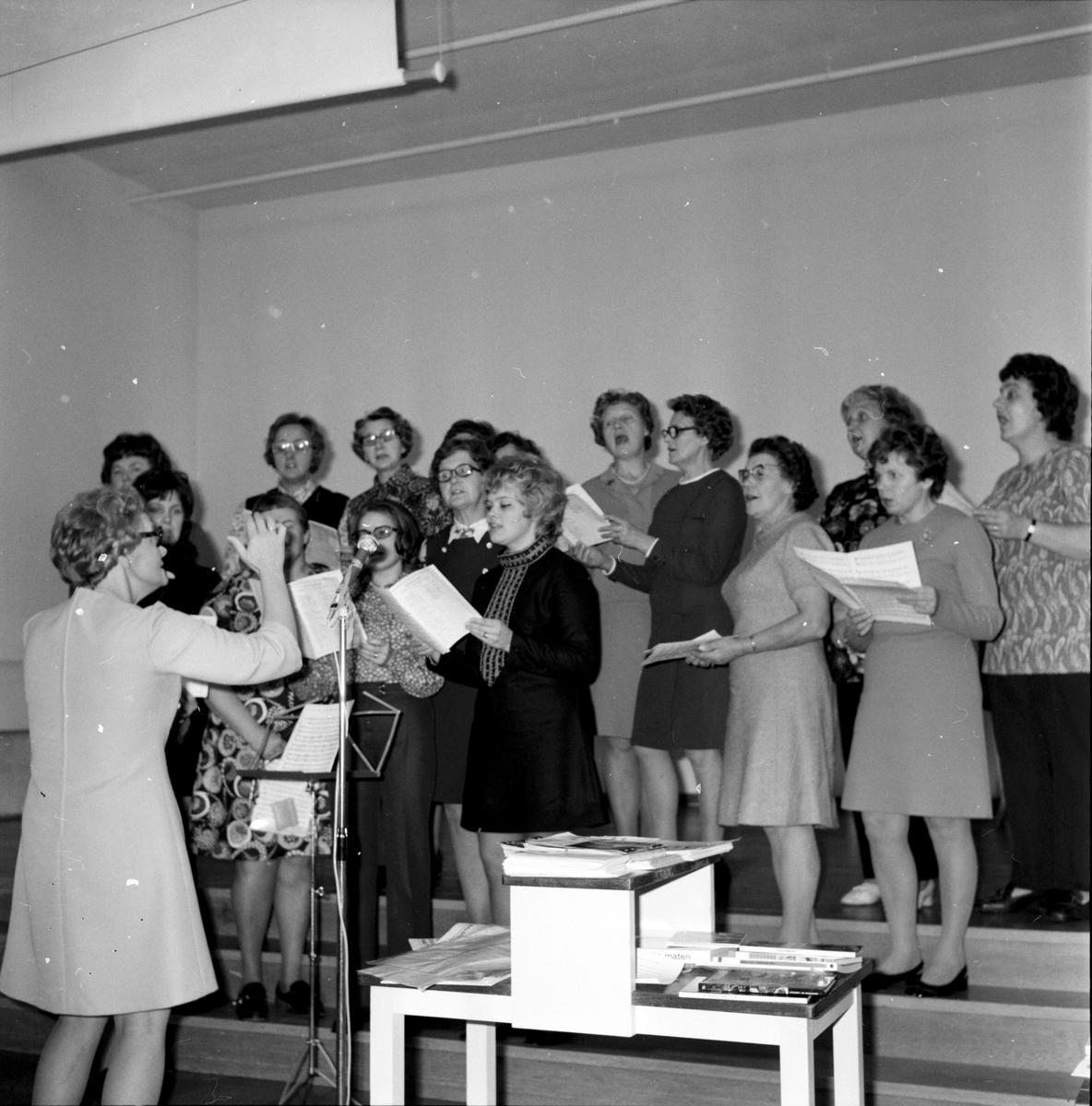 Arbrå, Rädda Barnens soaré på Centralskolan, Asta Östenius, December 1971