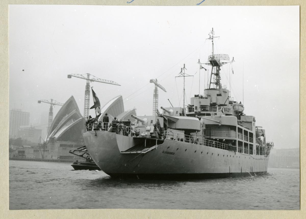 Bilden föreställer minfartyget Älvsnabben utanför operahuset i Sydney under långresan 1966-1967.