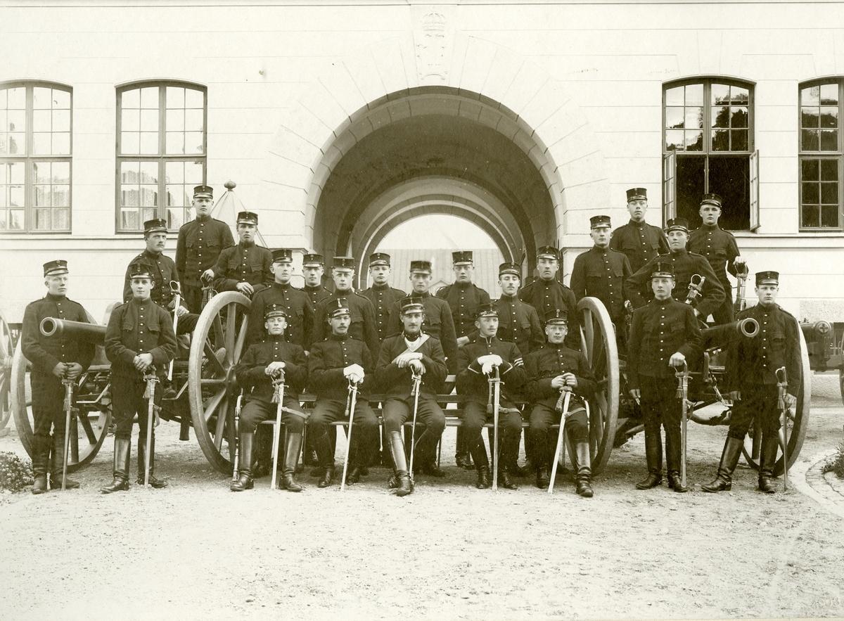 Grupporträtt av löjtnant Johan Gustaf Mauritz Upmark och soldater vid Upplands artileriregemente A 5.