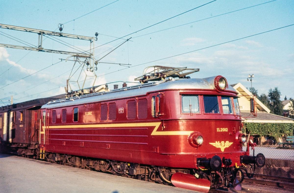 Tog fra Charlottenberg til Oslo Ø på Kongsvinger stasjon, Toget trekkes av elektrisk lokomotiv type El 11 nr. 2082 .