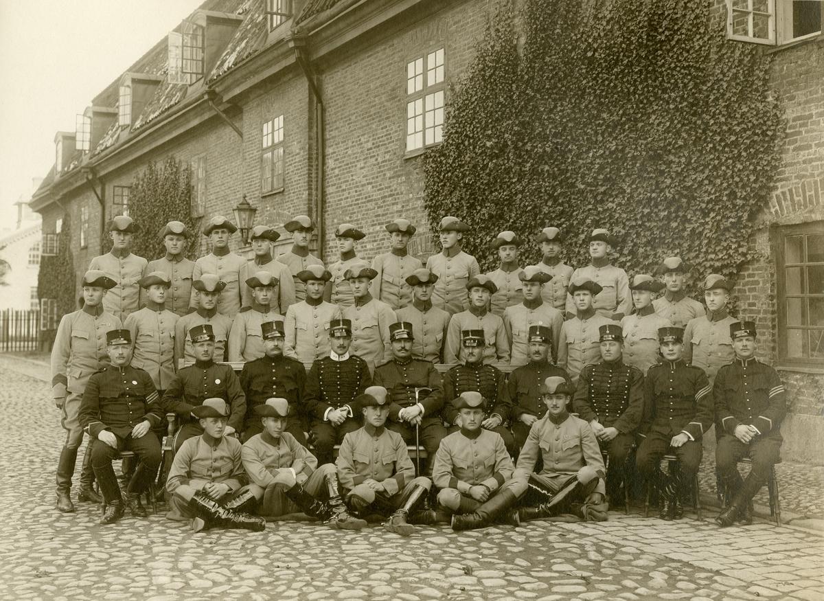 Officerare och soldater, troligen från Wendes artilleriregemente A 3 utanför Norra Kasern, Kristianstad.