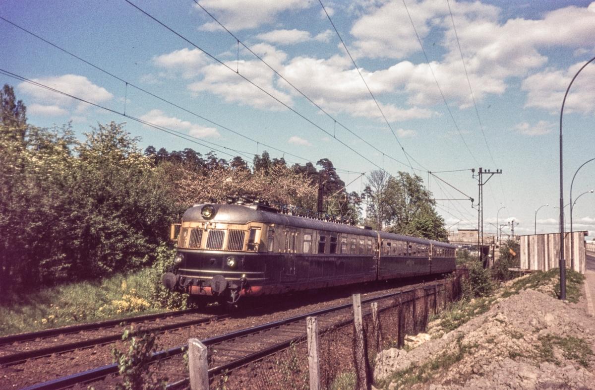 Sørlandsekspressen fra Oslo V til Kristiansand ved Lysaker. Motorvogn type 66.