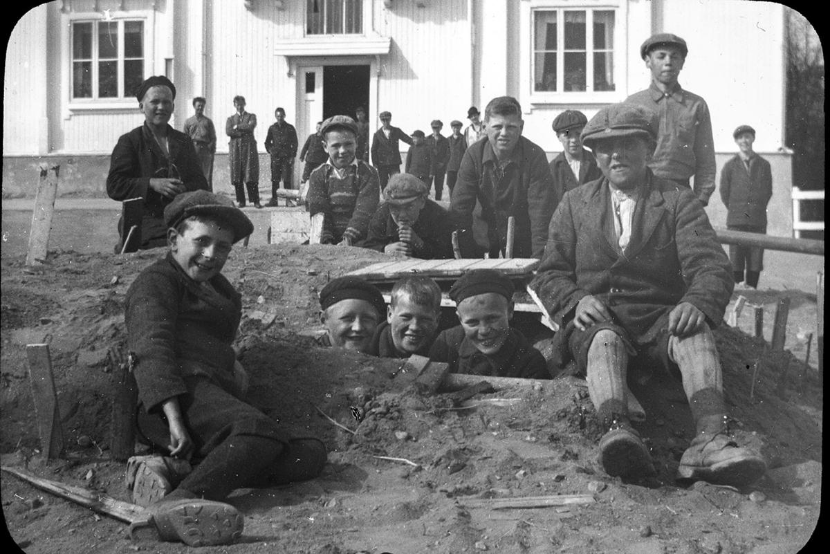Toftes Gave, Nedre Sund, Helgøya. Gutter leker i sandhaug