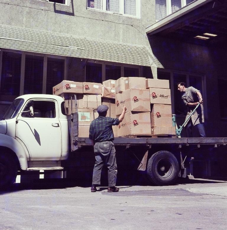To menn pakker varer på en lastebil til utsending fra konfeksjonsfabrikken til Jonas Øglænd AS på Sandnes.