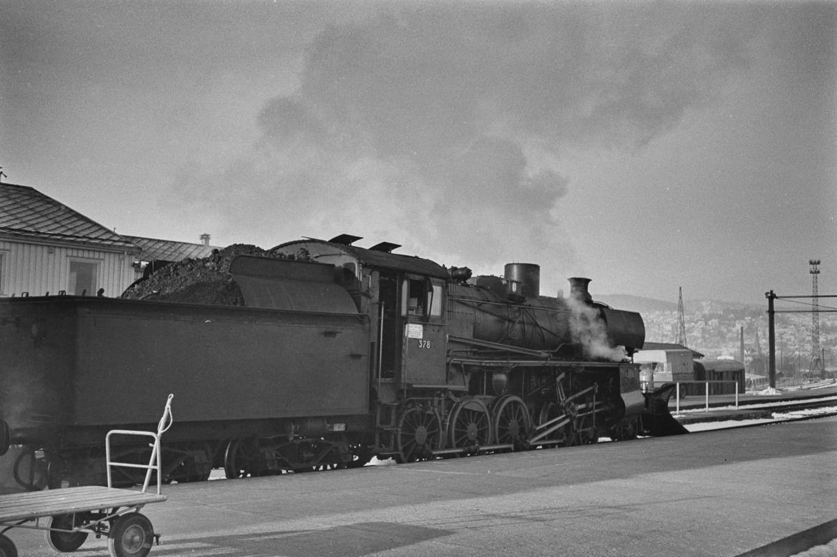 Dagtoget fra Trondheim til Oslo Ø over Røros, tog 302, står klart til avgang på Trondheim stasjon. Toget trekkes av damplokomotiv type 26c nr. 378.