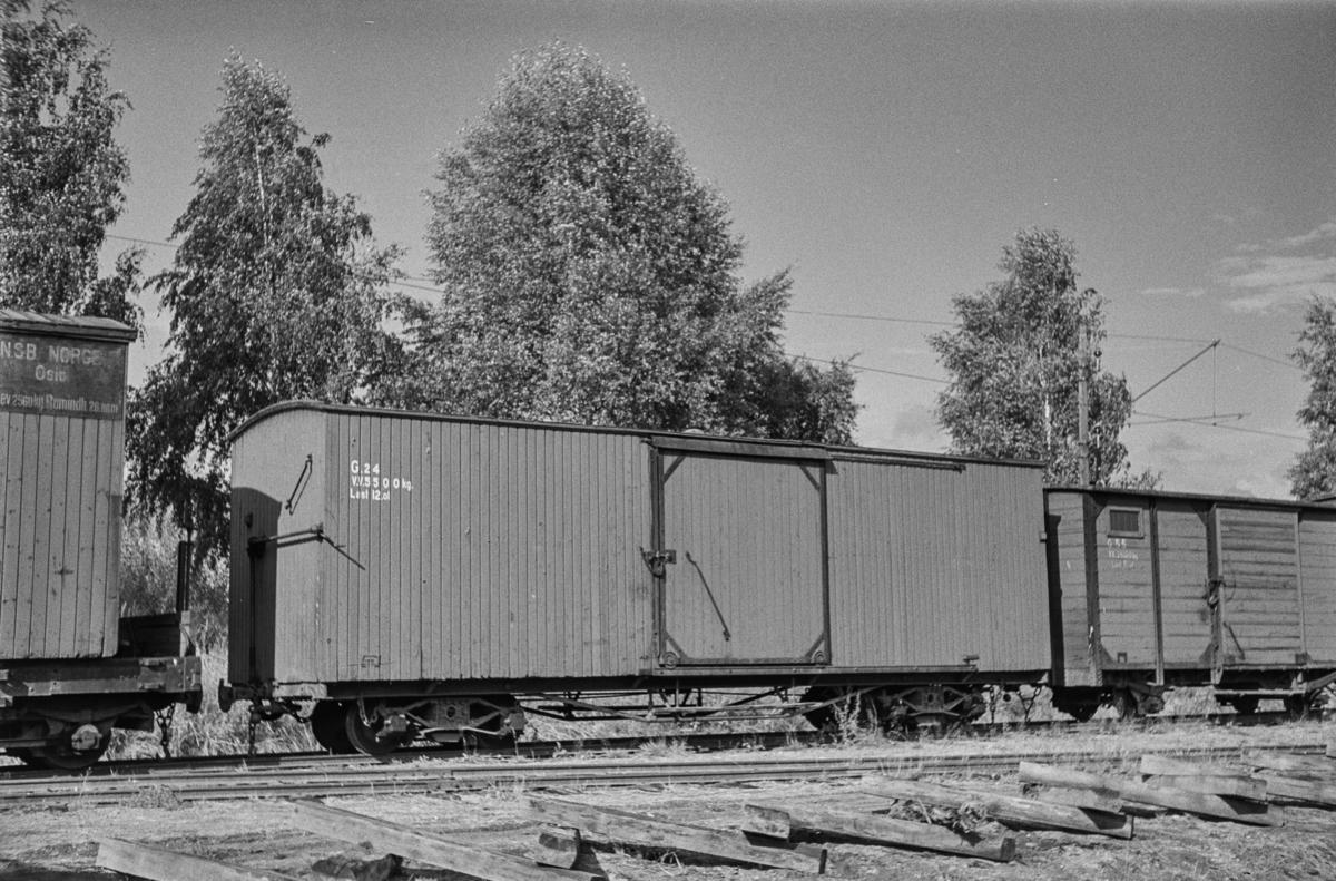 Hensatte godsvogner på Sørumsand stasjon etter nedleggelsen.
