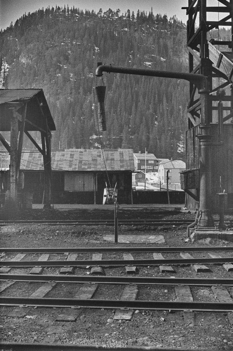 Vannstender for påfylling av vann på damplokomotiver på Støren stasjon.