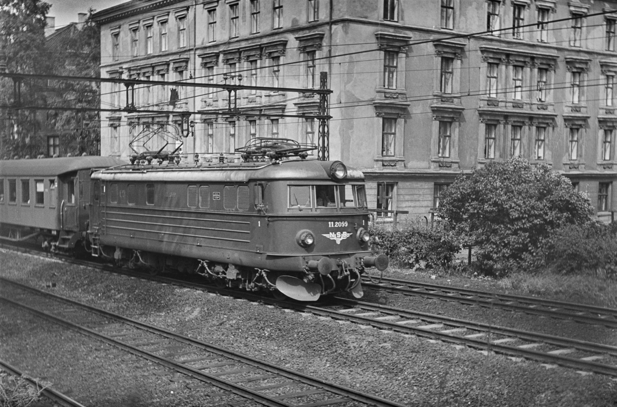 Persontog til Hovedbanen i Brynsbakken. Toget trekkes av elektrisk lokomotiv type El 11 nr. 2099.
