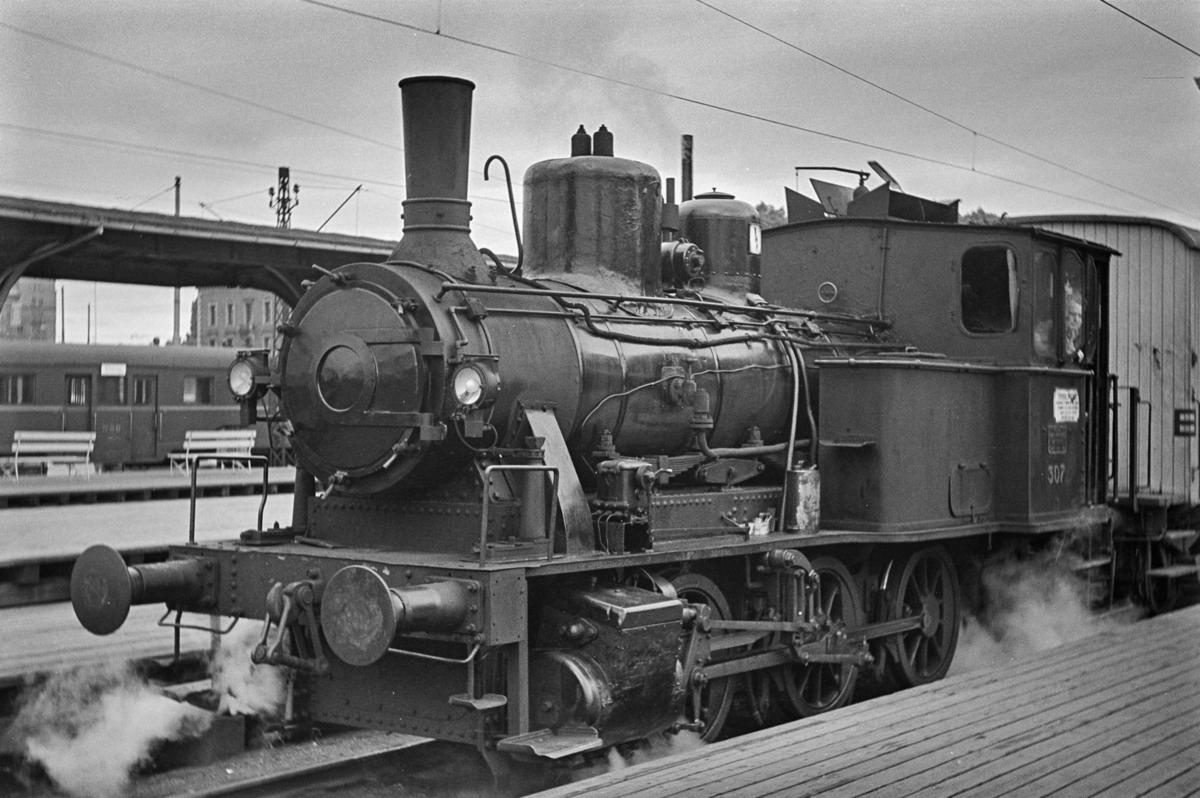 Damplokomotiv type 25a nr. 307 i skiftetjeneste på Oslo Østbanestasjon.