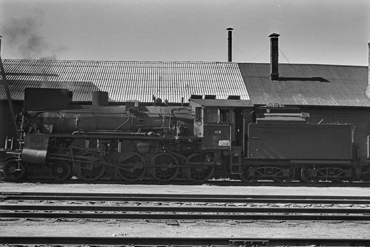 Damplokomotiv type 26c nr. 414 ved lokomotivstallen på Tynset stasjon.
