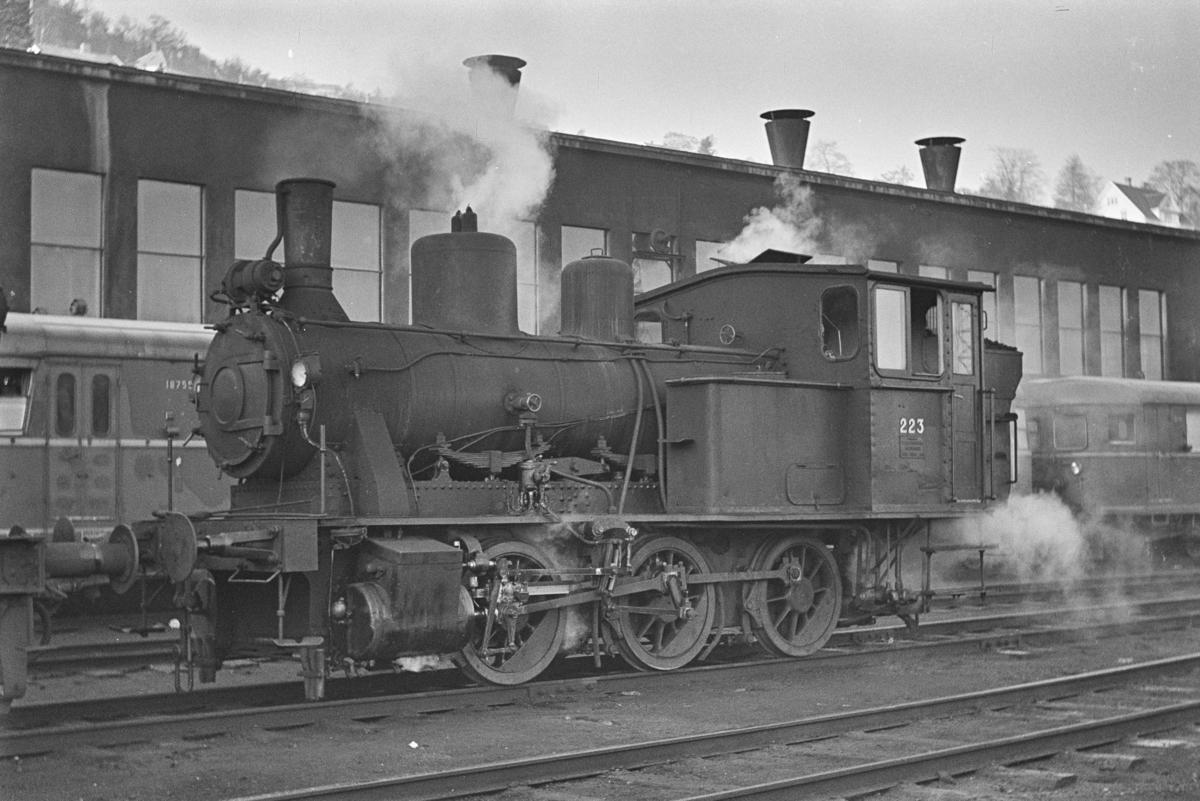 Damplokomotiv type 25a nr. 223 ved lokstallen på NSBs verksted på Marienborg