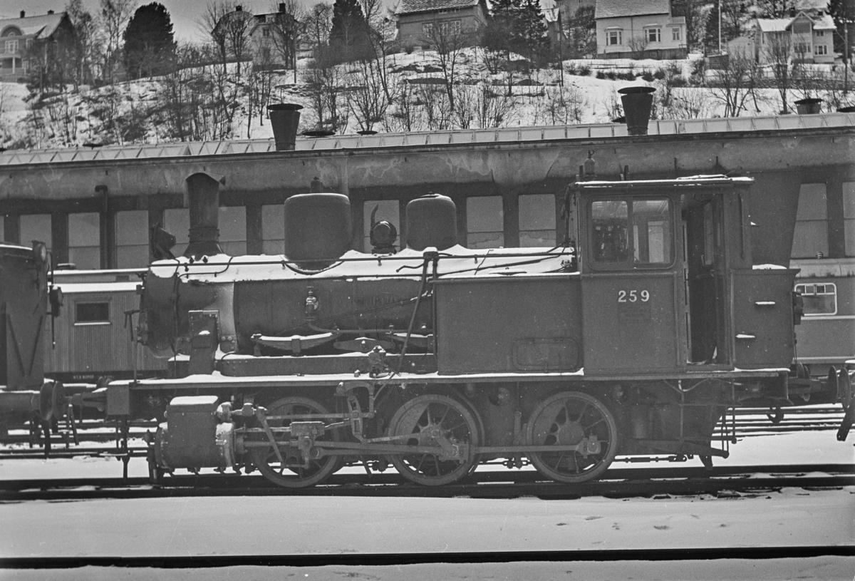 Damplokomotiv type 25a nr. 259, hensatt ved NSBs verksted på Marienborg. Lokomotivet kom ikke i drift etter dette.