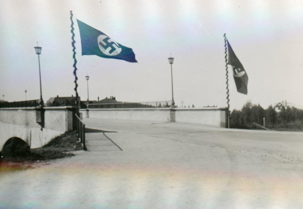 Tysk flagg på Frydenlundsbrua i Narvik.
