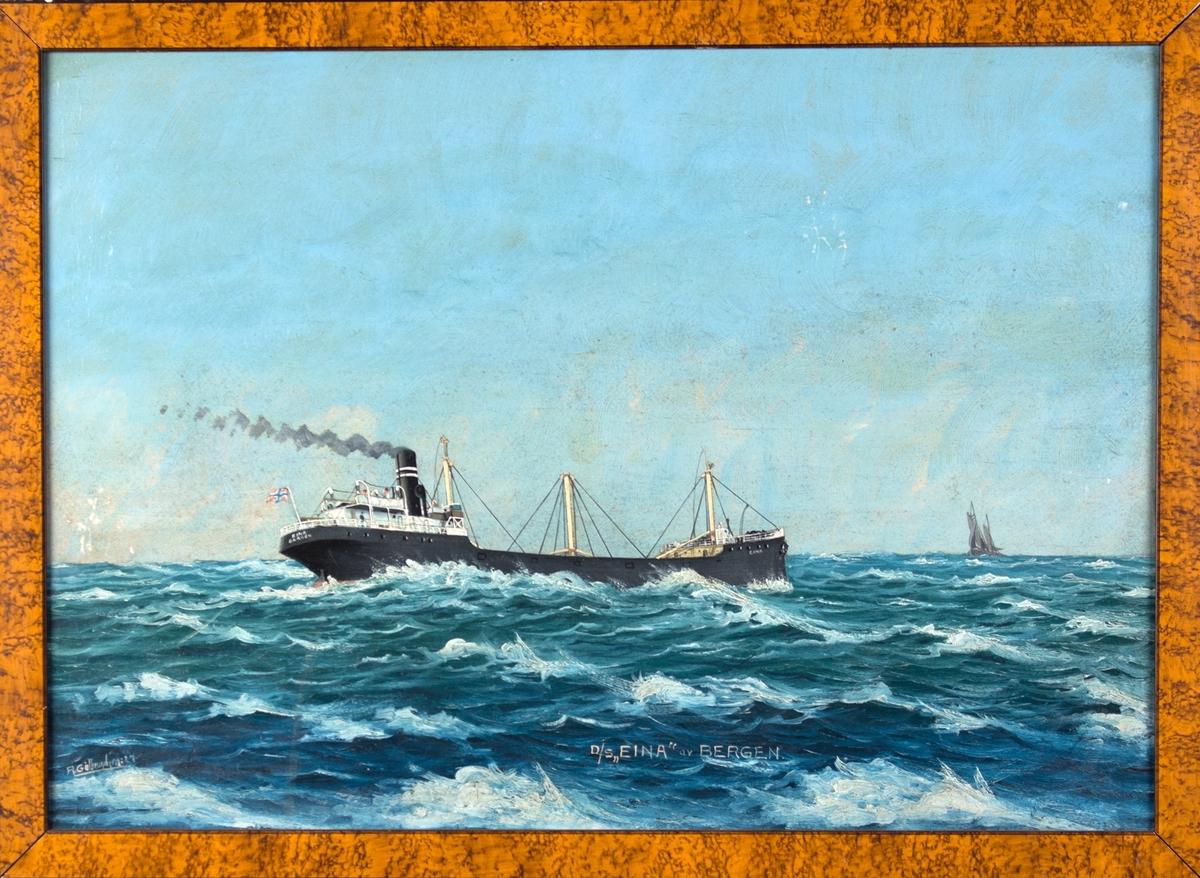 Skipsportrett av DS EINA under fart i åpen sjø. Ser et mindre seilfartøy i horrisonten på høyre side. Fører norsk flagg akter.