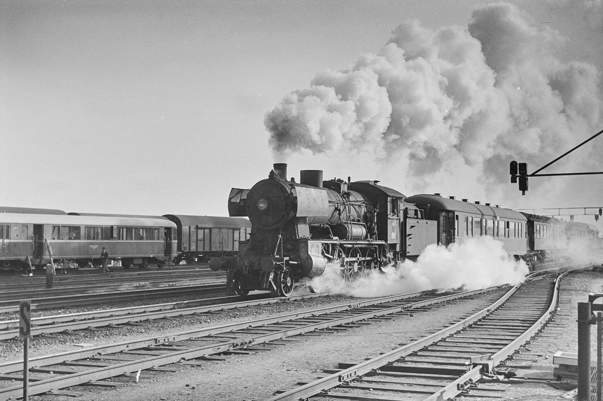Dagtoget fra Trondheim til Oslo Ø over Røros, tog 302, kjører ut fra Trondheim stasjon. Toget trekkes av damplokomotiv type 30b nr. 357.