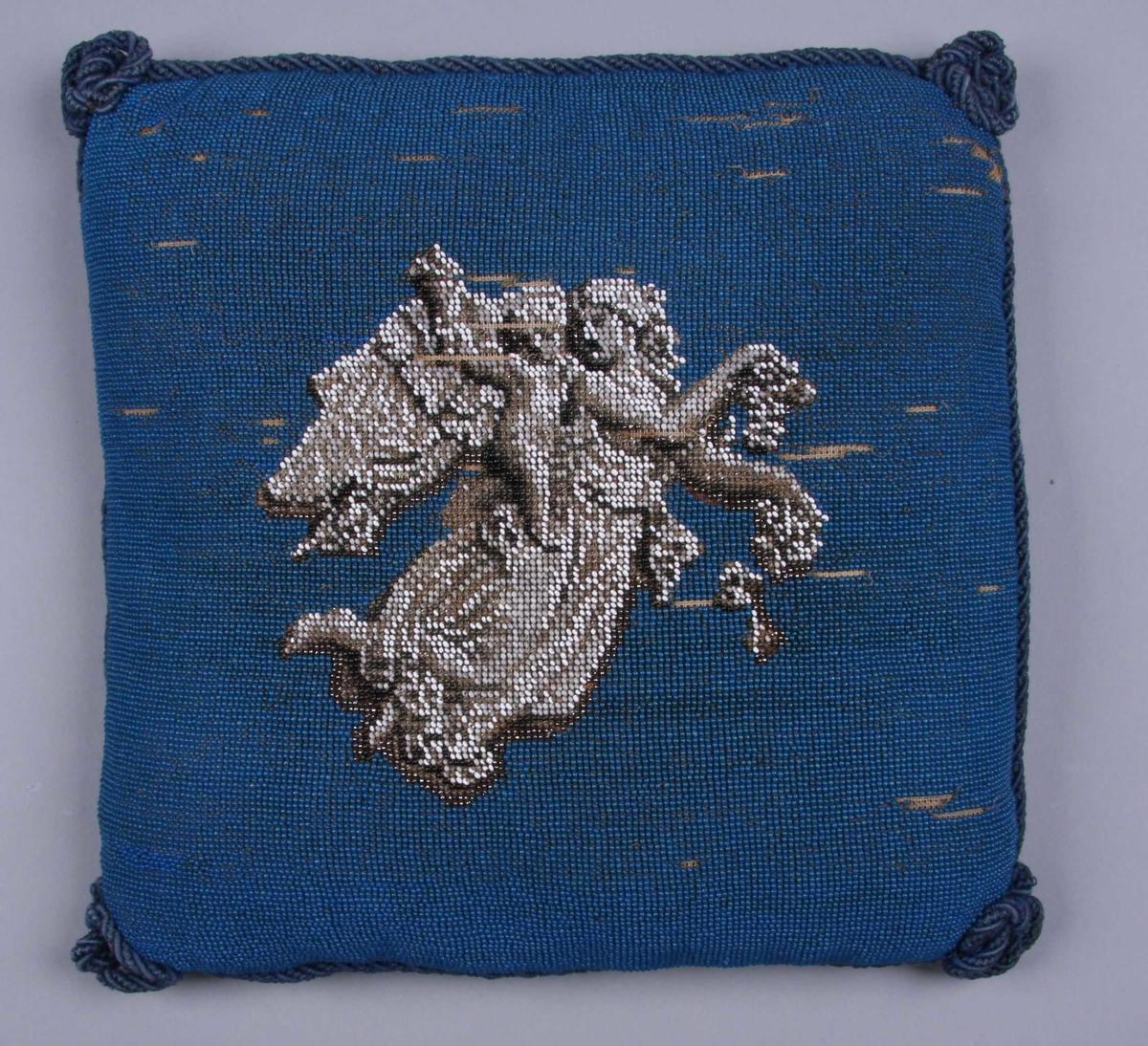 """Helt perlebrodert: blå bakgrunn med Thorvaldsens """"Dagen"""" i grått, hvitt og sølv. Baksiden av blå sateng. Kantet med blå ullsnor."""