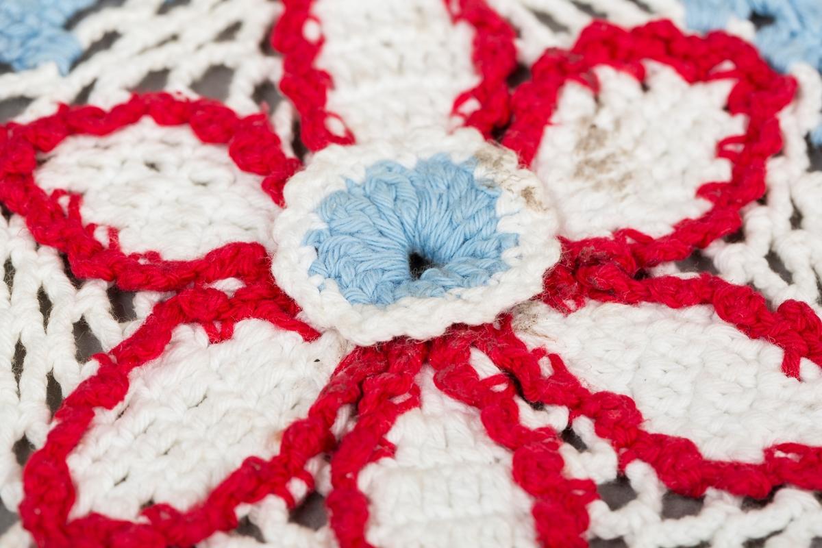 Heklet grytklut, i hvit, rød og lyseblå. Heklet blomst. Dette er en av et sett,