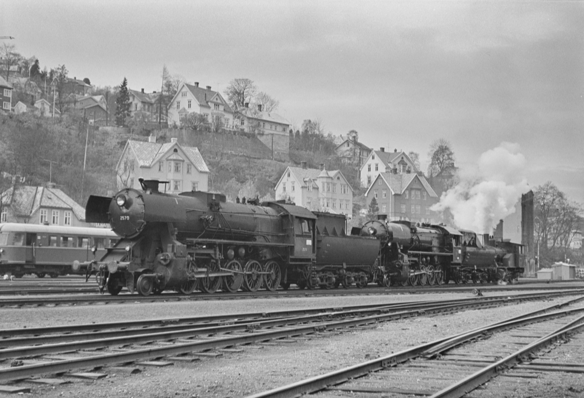 Damplokomotiv type 63a nr. 2570 (til venstre), type 63a nr. 6396 og 23b nr. 455 på Marienborg.